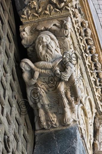 """Genova, Duomo (Cattedrale di S. Lorenzo), lato ovest, la facciata, portale maggiore, stipite di destra, mensola: """"Giacobbe benedice Efraim e manasse e due angeli"""", di Maestro dell'Arca del Battista, 1225 circa."""