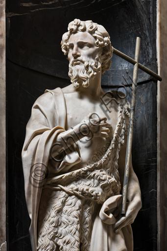 """Genova, Duomo (Cattedrale di S. Lorenzo),  Cappella di San Giovanni: """"S. Giovanni Battista"""", di Andrea Sansovino, statua in marmo entro nicchia, 1504.Particolare."""