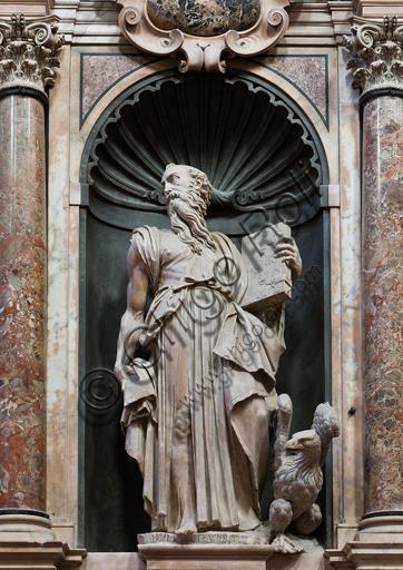 """Genova, Duomo (Cattedrale di S. Lorenzo), interno, presbiterio, parete nord: """"S. Giovanni Evangelista"""", 1540, statua di Giovanni Angelo Montorsoli."""
