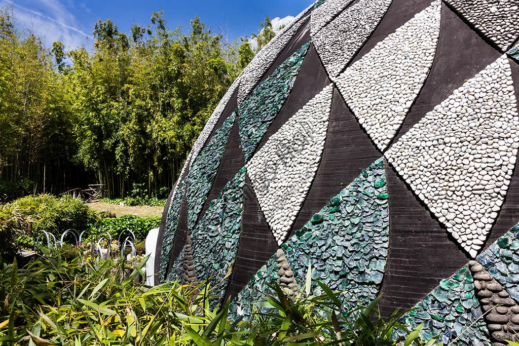 """Parco di Pinocchio, il Paese dei Balocchi:  """"Il grande Pescecane"""", opera di Marco Zanuso. Particolare."""