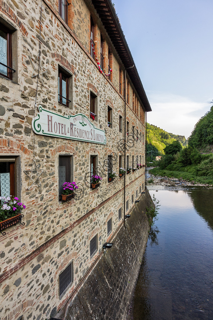 Hotel San Lorenzo: l'albergo è stato ricavato in una antica cartiera sul torrente Pescia.