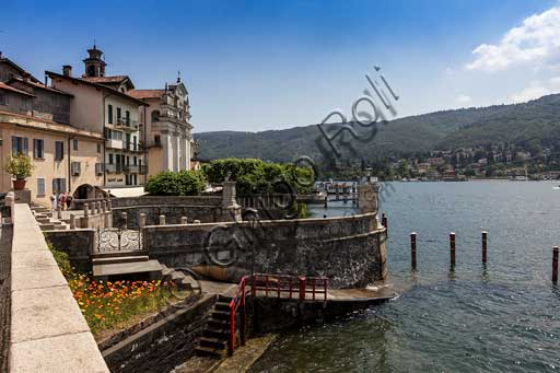 Isola Bella: view of the village and its church, and the small harbour.