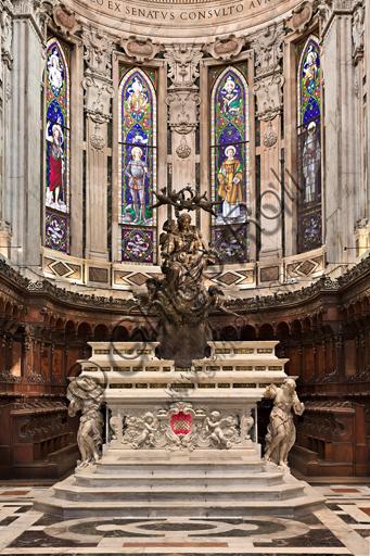 """Genova, Duomo (Cattedrale di S. Lorenzo), interno, presbiterio: """"L'altare maggiore con la statua Maria Regina di Genova"""", 1649 - 56. La statua è opera di Giovanni Battista Bianco. L'altare invece è di Daniele Solaro (fine XVII secolo)."""