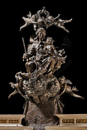 """Genova, Duomo (Cattedrale di S. Lorenzo), interno, presbiterio: """"L'altare maggiore con la statua Maria Regina di Genova"""", 1649 - 56. La statua è opera di Giovanni Battista Bianco."""