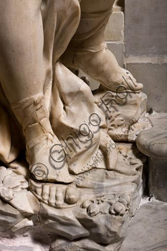 """Genova, Duomo (Cattedrale di S. Lorenzo), interno, presbiterio: """"L'altare maggiore - particolare con gamba di angelo"""", di Daniele Solaro (fine XVII secolo)."""