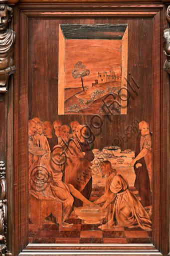 """Genova, Duomo (Cattedrale di S. Lorenzo), interno,  presbiterio, abside, coro, lato sud: """"La lavanda dei piedi"""", tarsia lignea di Gian Michele De' Pantaleoni (secolo XVI)."""