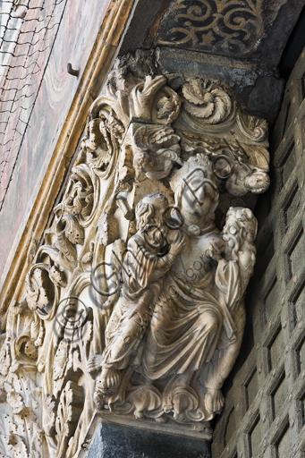 """Genova, Duomo (Cattedrale di S. Lorenzo), lato ovest, la facciata, portale maggiore, stipite di sinistra, mensola: """"L'Ecclesia nutre gli apostoli Pietro e Paolo e due angeli"""", di Maestro dell'Arca del Battista, 1225 circa."""