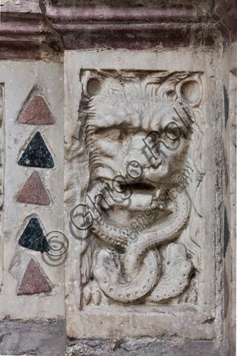 """Genova, Duomo (Cattedrale di S. Lorenzo), lato ovest, la facciata, il portale maggiore: """"Leone che divora serpenti"""", di Maestro dell'Arca del Battista (1225 circa), formella figurata della decorazione del basamento."""