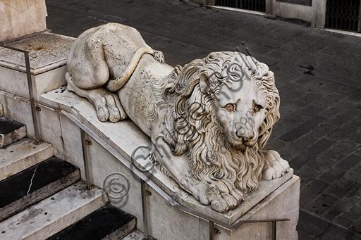 """Genova, Duomo (Cattedrale di S. Lorenzo), lato ovest, la facciata, scalinata di accesso: """"Leone"""", scultura di Carlo Rubatto (1845 circa)."""