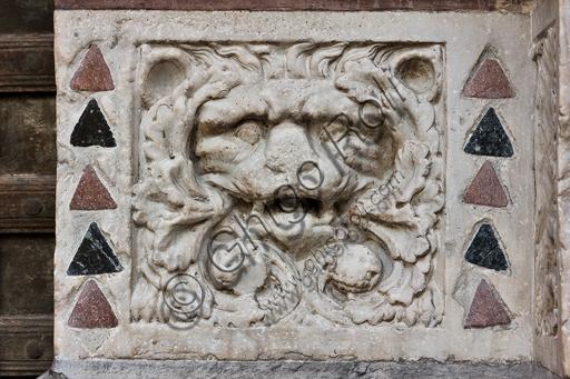 """Genova, Duomo (Cattedrale di S. Lorenzo), lato ovest, la facciata, il portale maggiore: """"Leone"""", di Maestro dell'Arca del Battista (1225 circa), formella figurata della decorazione del basamento."""