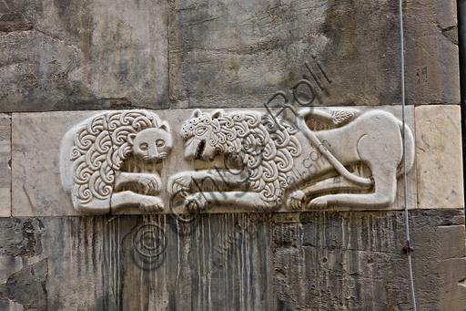 """Genova, Duomo (Cattedrale di S. Lorenzo), fianco sud: rilievo con """"leoni affrontati"""" (sec. XI)."""
