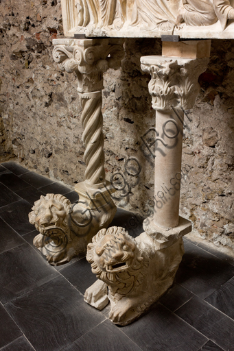 , Genova, the Diocesan Museum: the funeral monument of Cardinal Luca Fieschi, by the worskhop of Giovanni di Balduccio from Pisa, about 1336.Detail of two lions holding the columns.