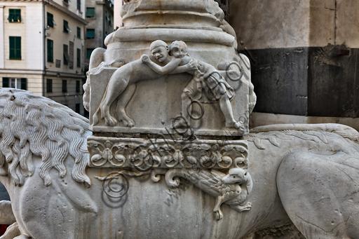 """Genova, Duomo (Cattedrale di S. Lorenzo), la facciata, porzione destra: base di colonna con """"Lotta tra un uomo e una leonessa"""", di bottega di Benedetto Antelami e Maestro dell'Arca del Battista, 1200 circa."""