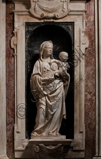 """Genova, Duomo (Cattedrale di S. Lorenzo),  Cappella di San Giovanni: """"Madonna con Bambino"""", di Andrea Sansovino, statua in marmo entro nicchia, 1504."""
