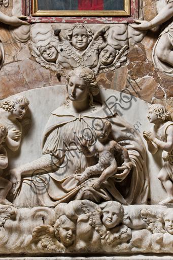 """Genova, Duomo (Cattedrale di S. Lorenzo), interno, navata meridionale, parete meridionale: """"Madonna con il Bambino fra S. Giovannino e angeli"""",  (inizi XVI secolo) particolare  dell'altare di maestranze genovesi e Tommaso Orsolino."""