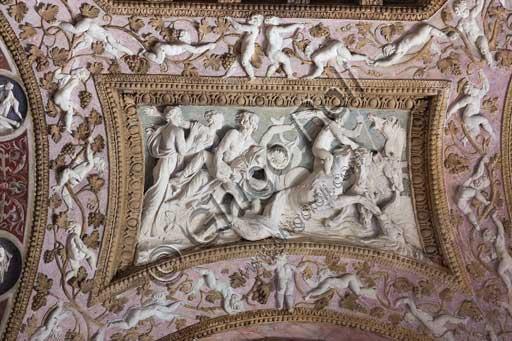 Mantova, Palazzo Te (residenza estiva dei Gonzaga), Camera delle Aquile o Camera di Fetonte (camera privata di Federico Gonzaga): bassorilievo in stucco attribuito a Francesco Primaticcio, raffigurante Plutone che rapisce Proserpina.