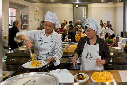"""Forlimpopoli, Casa Artusi:Casa Artusi, lezione alla scuola di cucina: le """"Mariette"""" preparano la pasta all'uovo."""