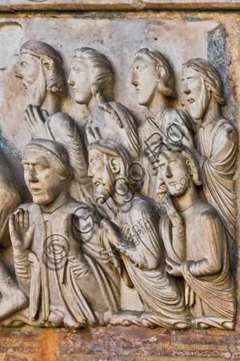 """Genova, Duomo (Cattedrale di S. Lorenzo), lato ovest, la facciata, portale maggiore: dettaglio della lunetta con """"Il martirio di S. Lorenzo"""", di Maestro della lunetta della Cattedrale di Genova, 1225 circa.Particolare con persone che assistono al martirio."""