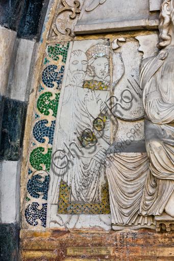 """Genova, Duomo (Cattedrale di S. Lorenzo), lato ovest, la facciata, portale maggiore: dettaglio della lunetta con """"Il martirio di S. Lorenzo"""", di Maestro della lunetta della Cattedrale di Genova, 1225 circa.Particolare di """"Trifonia accolta da Giustino""""."""