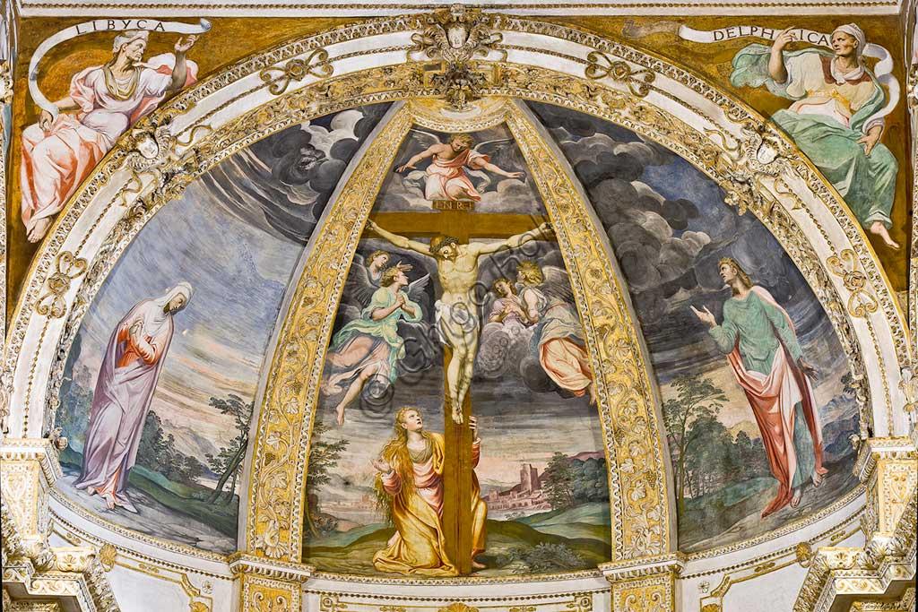 Milano, Certosa, interno: il catino dell'abside, con la Crocefissione di Simone Peterzano (affresco, 1582). Ai lati,  le figure di Maria e di San Giovanni Apostolo. Nei pennacchi: la sibilla Libica e la sibilla Delfica.