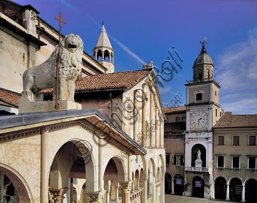 Modena: leone sopra la porta dei Principi sul  fianco sud del Duomo (Cattedrale di S. Maria Assunta e S. Geminiano) e, sullo sfondo, la Torre Civica.