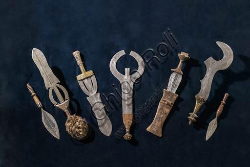 Modena, Museo Civico Archeologico Etnologico, Collezione del Bacino del Congo (dono Fornaciari, 1907): coltelli con lama di ferro decorata da incisioni.