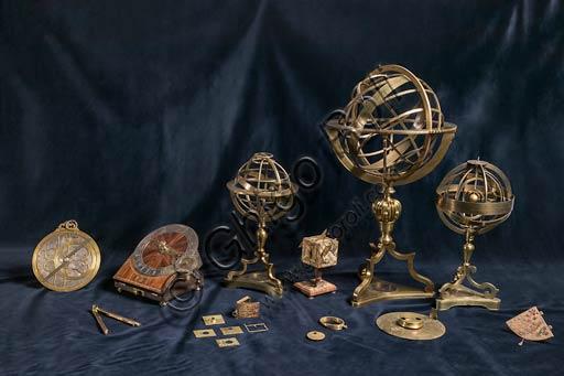 Modena, Museo Civico d'Arte: Composizione di diversi strumenti scientifici dalle raccolte del museo, tra cui sfere armillari e bussole.