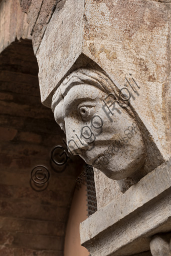 Modena, Ghirlandina Tower, Torresani Hall, north wall: a Corinthian capital with a sculpted face in the abacus protome. Campionese Masters, XII - XIII century. Detail.
