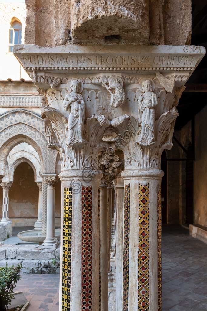 "Monreale, Duomo, the cloister of the Benedectine monastery (XII century): the Northern side of capital W8; ""the Lamb of God between the allegories of Hope and Faith, personified by William II and Joan of England Plantagenet "".Latin inscription: ""IC DNS MAGNVS LEO CRISTVS CERNITVR AGNVS""."