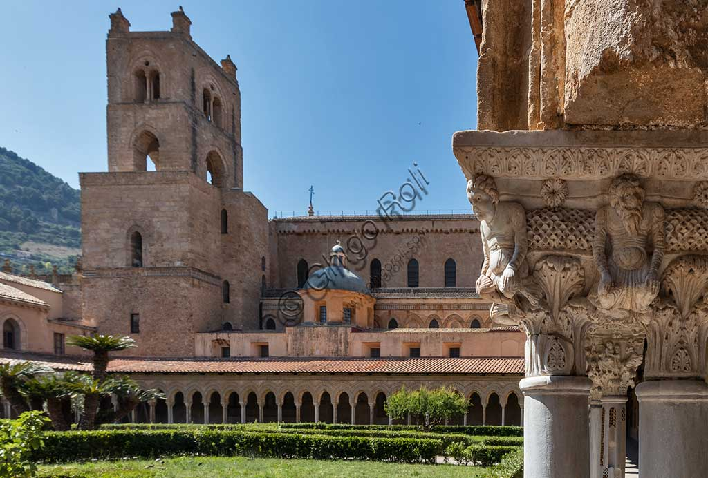 Monreale, Duomo: view of the cloister (XII century) and the Cathedral. In the foreground, the capital E 25.