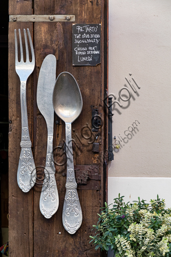 Montefalco, Restaurant Re Tartù: panel with cutlery.
