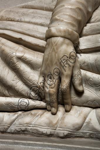 """Genova, Duomo (Cattedrale di S. Lorenzo), interno, navata settentrionale, Cappella De Marini: """"Monumento funebre di Matteo Fieschi"""", di scultore attivo alla metà del XVI secolo. Particolare della mano."""