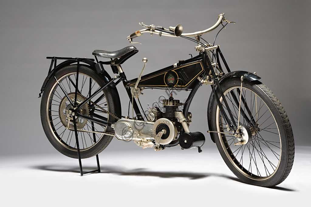 Moto d'epoca Benelli 125 Marca: Benellimodello: 125nazione: Italia - Pesaroanno: 1926condizioni: restauratacilindrata: 123,4 (alesaggio e corsamotore: monocilindrico due tempicambio: a due rapportiNata nel 1911 come officina per la riparazione di motori altrui, dopo le vicende della Grande Guerra, la Fratelli Benelli inizia a produrre parti per motori di aviazione auto e moto. E' del 1919 il primo motore motociclistico - un 75 cc. - e del '21 la prima motocicletta Benelli: la tipo A di 100 cc. e un cavallo di potenza che viene esposta al salone di Milano. L'elegante esemplare qui fotografato è del 1926, ha 1,25 cv di potenza, due marce con frizione e il telaio presenta la canna ribassata per poter essere utilizzata agevolmente anche dalle donne e dai prelati.Nel 1926 vinse il primo premio per il consumo di carburante più basso.