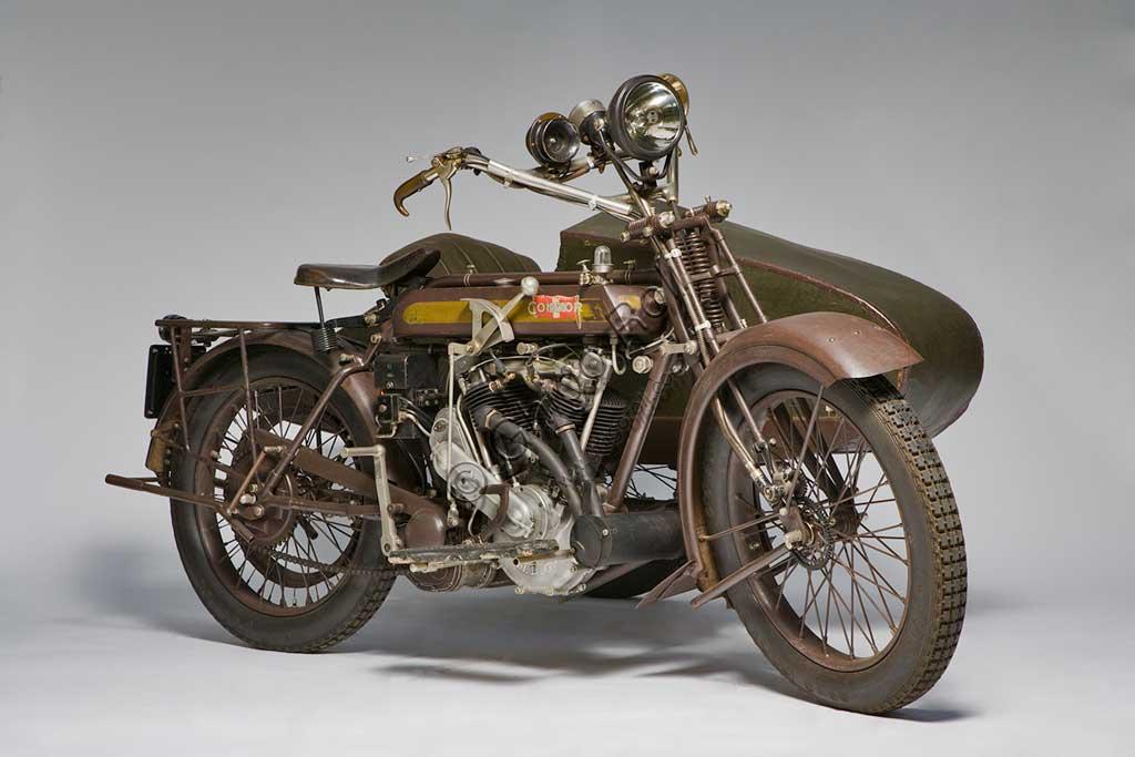 Moto d'epoca Condor Sidecar. Di fabbricazione elvetica, 1000 cc., anno 1924, raggiungeva i 120 Kmh. Montava un motore MAG della Motosacoche a valvole contrapposte. Serbatotio a due scomparti con dosatore regolabile della mandata olio. Cambio a tre marce. Freno a cerchietto sulla ruota posteriore. Stato: conservato.