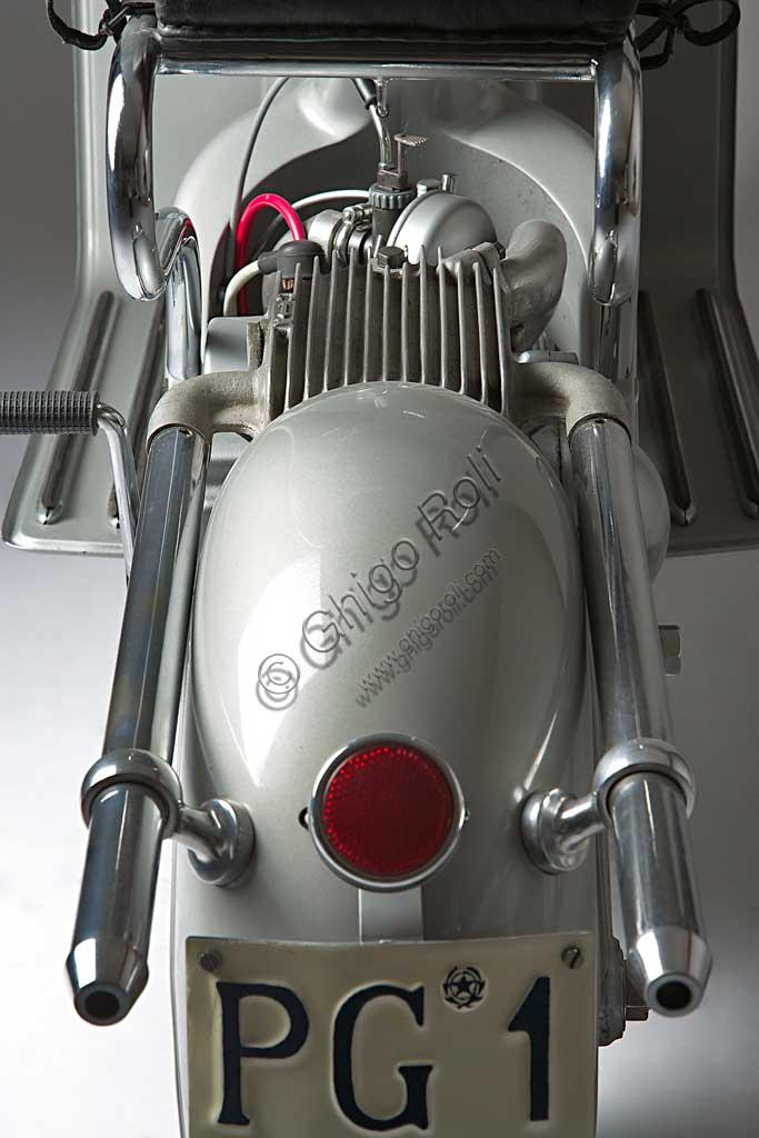 Moto d'epoca FM Scooter.Marca: F.M. Fratelli Moltenimodello: Scooternazione: Italia - Milanoanno: 1950condizioni: restauratocilindrata: 125 cc.motore: monocilindrico a due tempicambio: al manubrio a tre rapportiQuesto scooter milanese dalle soluzioni tecniche raffinatissime fu prodotto solo dal '50 al '52 e in pochi esemplari; forse era troppo avanti per piacere, forse costava troppo.Ha un bellissimo telaio-scocca in fusione d'alluminio che comprende, in un unico pezzo,  fanale, serbatoio, vano portaoggetti, cannotto della sella e forcellone sdoppiato con attacchi per il motore e le sospensioni posteriori.Anche la marmitta è un piccolo capolavoro di design industriale, degna forse più di una moto importante che di uno scooter: ha camera di espansione alettata in fusione di alluminio e doppio tubo di scarico cromato.