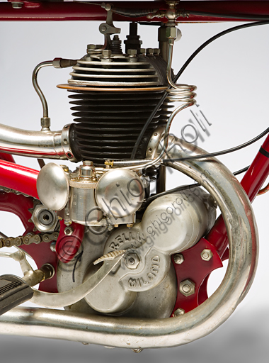 Vintage motorcycle Garelli Cremona Corsa.Brand: Garellimodel: Cremona (Corsa)nation: Italy - Sesto San Giovanniyear: 1924conditions: restoreddisplacement: 350 (bore and stroke 52 x 82 x 2)engine: two stroke cylinder split in one blockgearbox: two-speed with selector on the tankGarelli came out in '24 with this series bike, practically identical to the model that in the previous two years had been among the most victorious bikes ever, pulverizing 76 world records in a single season; many of these records, among other things, also valid for the 500 class.