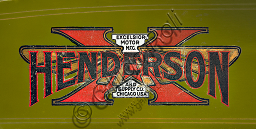 Vintage motorcycle Henderson 1100 mod G.Brand: Henderson & Supply Co.model: 1100 mod Gcountry: U.S.A. - Detroit / Chicagoyear: 1917conditions: restoreddisplacement: 1068 engine: four cylinders in line with opposite valvesThe Henderson brand is inextricably linked to the best known and loved four-cylinder of the U.S. Unfortunately, due to economic difficulties, Henderson has been acquired already in '17 by Excelsior who transfer the factories to Chicago. It was aboard a four-cylinder Henderson that Carl Stearns Clancy of New York was the first to travel around the world on a motorbike (it was 1913 and this speaks volumes about the reliability of this bike ...). Special features: It has a front fork with a pulled wheel, with lower biscuits and springs enclosed in tubular cases. It has opposite valves with overhead intake and lateral discharge, controlled by a single cam axis on the r