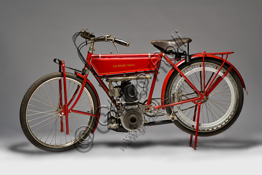 Vintage motorcycle Rigat 500.Brand: Rigat motorcyclesmodel: 500country: Italy - Turinyear: 1912conditions: restoreddisplacement: 487 (bore and stroke 84 x 88)engine: single cylinder Fafnir with opposite valvesgearbox: single speed with pulley transmissionAs a pioneer, Felice Rigat combines the skills of a pilot with the passion of the mechanic. He built, in Turin between 1910 and '14, motorcycles with a German 500 cc Fafnir engine. As a driver he wins the Como Brunate five times. This model, with its characteristic long U-shaped intake manifold, features a refined fork with a half-leaf spring.
