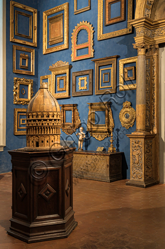 Museum Stefano Bardini: the room of collection of frames.