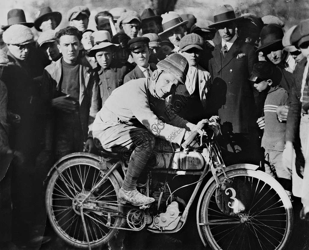 """Collezione di moto d'epoca """"Nello Salsapariglia"""" : fotografie d'epoca sulla storia della motocicletta."""