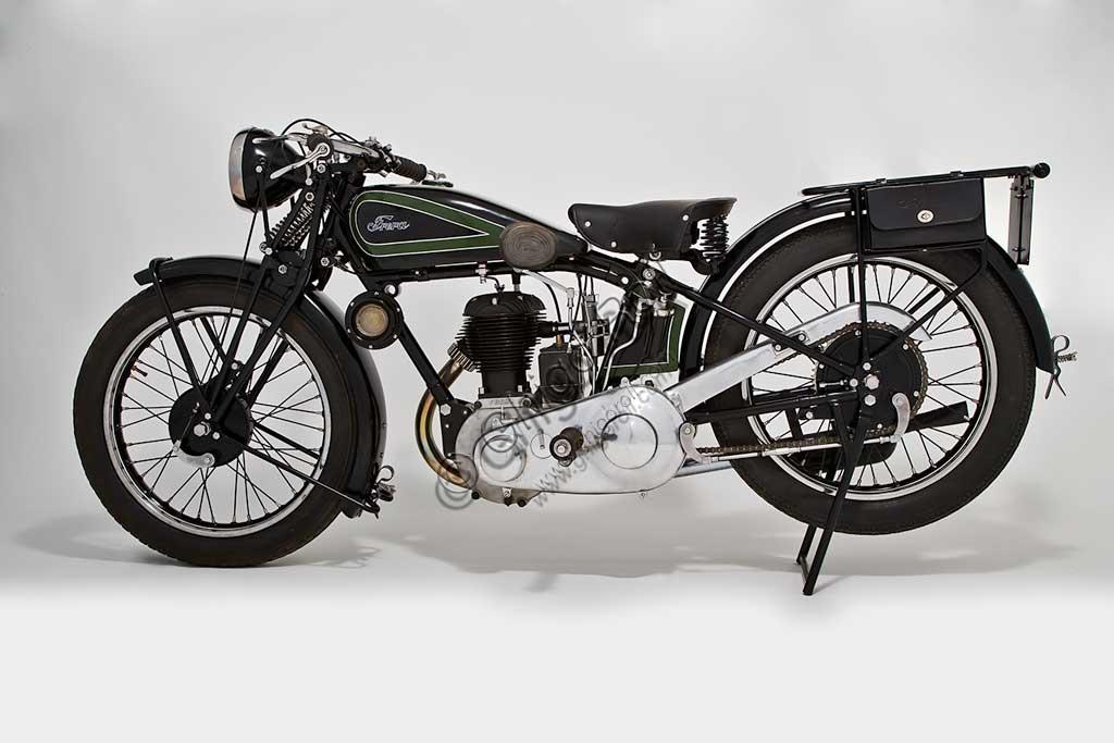 """Collezione di moto d'epoca """"Nello Salsapariglia"""" :Motocicletta """"Frera"""" 500 cc., anno 1929, a valvole laterali, montava uno dei primi serbatoi a sella. E' uno dei pochi esemplari rimasti con il serbatoio verniciato a losanghe verdi."""