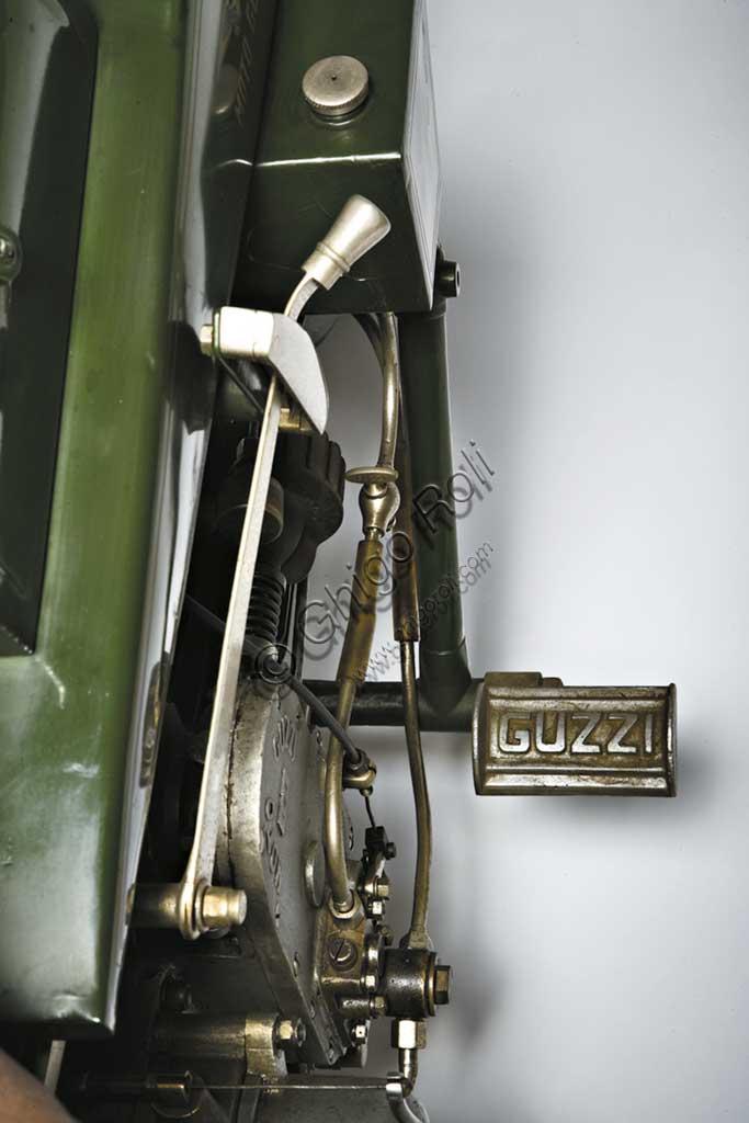 """Moto d'epoca Moto Guzzi  """"Normale"""" fabbrica: Moto Guzzimodello: 500 cc Tipo Normale fabbricata in: Italia - Mandello sul Larioanno di costruzione: 1921condizioni: restauratacilindrata: 498,4 cc (alesaggio e corsa: 88 x 82)motore: monocilindrico a valvole contrappostecambio: in blocco a tre rapportiLa Tipo Normale del 1921 è la prima moto prodotta in serie dal neonato stabilimento Moto Guzzi. L'esemplare qui fotografato porta il numero di serie 151 ed è uno dei pochissimi superstiti. E' fedele all'idea originale dei tre commilitoni che la concepirono durante la Grande Guerra: Carlo Guzzi meccanico, Giorgio Parodi aviatore e armatore genovese, e Giovanni Ravelli, aviatore e pilota di moto. Un motore assolutamente inedito, leggero ed efficiente, a cilindro orizzontale. Telaio interamente saldato, peso contenuto, meccanica raffinata. Monta un freno posteriore ad espansione e raggiunge una velocità di 85 Km/h. Una delle prime due moto prodotte vince la Targa Florio nel settembre dello stesso anno, condotta dal pilota Gino Finzi. Inizia in questo modo la gloriosa stagione della Moto Guzzi."""