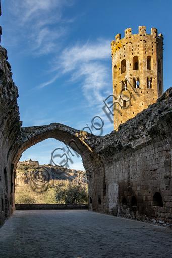 Orvieto, Badia (Abbazia dei Santi Severo e Martirio): veduta della sala capitolare, il cui arco  ogivale lincornicia rupe di Orvieto e sulle guglie del Duomo, e della torre campanaria ottagonale.