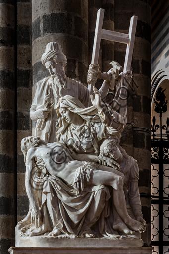 Orvieto, Basilica Cattedrale di Santa Maria Assunta (o Duomo), interno: La Pietà (o Deposizione), gruppo marmoreo  realizzato nella seconda metà del XVI secolo dall'architetto e scultore orvietano Ippolito Scalza. La Pietà, scolpita da un unico blocco di marmo, si compone di quattro figure: il Cristo, esamine, adagiato sul grembo della Vergine Maria, Nicodemo con il volto chino verso la figura di Gesù, mentre con una mano regge la scala e il martello e nell'altra stringe le pinze (elementi che richiamano la Crocifissione), e infine, la Maddalena inginocchiata con il volto poggiato sulla mano di Cristo.