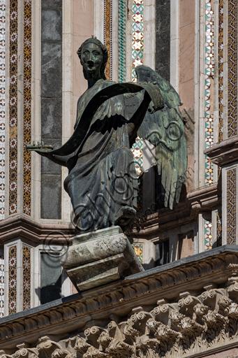 Orvieto, Basilica Cattedrale di Santa Maria Assunta (o Duomo), la facciata,  una delle quattro statue in bronzo che rappresentano gli Evangelisti, realizzate da Lorenzo Maitani nel 1329 - 1330: l'angelo, simbolo di San Matteo .