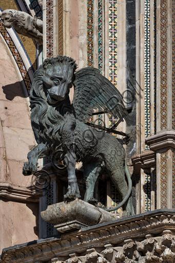 Orvieto, Basilica Cattedrale di Santa Maria Assunta (o Duomo), la facciata,  una delle quattro statue in bronzo che rappresentano gli Evangelisti, realizzate da Lorenzo Maitani nel 1329 - 1330: il leone, simbolo di San Marco.
