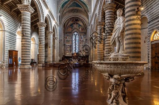 Orvieto, Basilica Cattedrale di Santa Maria Assunta (o Duomo): l'interno (XIII - XIV secolo). In primo piano, l'acquasantiera di Camillo Cardinali.