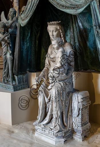 """Orvieto, MODO (Museo dell'Opera del Duomo di Orvieto): """"Madonna col Bambino e sei angeli reggicortina"""" (proveniente dalla lunetta centrale della facciata  del Duomo di Orvieto), di scultore umbro - senese e Maestro Sottile (Lorenzo Maitani?). La Madonna venne realizzata nel primo decennio del Trecento, gli angeli invece nel 1325. Marmo, bronzo, policromie, oro e paste vitree."""