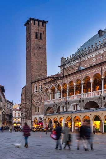 Padova, Piazza dei Frutti: scorcio serale del Palazzo della Ragione.