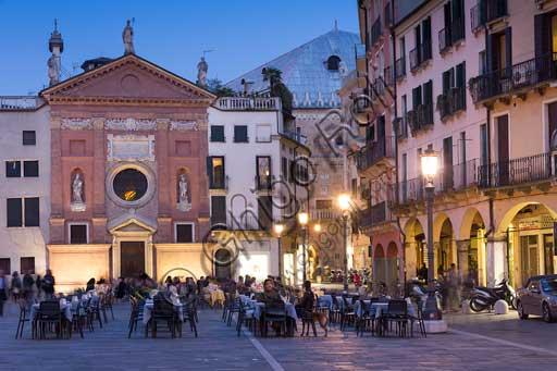 Padova, Piazza dei Signori o Piazza della Signoria: veduta notturna con persone ai tavolini di un caffè. Sullo sfondo la Chiesa di San Clemente. Si intravvede anche Palazzo della Ragione.